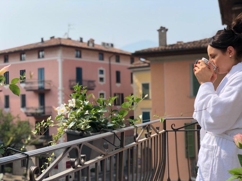 bere un caffè sul balcone con vista sul centro storico