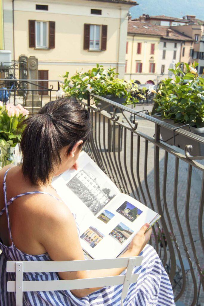 leggere una rivista sul balcone rilassante vista piazza garibaldi