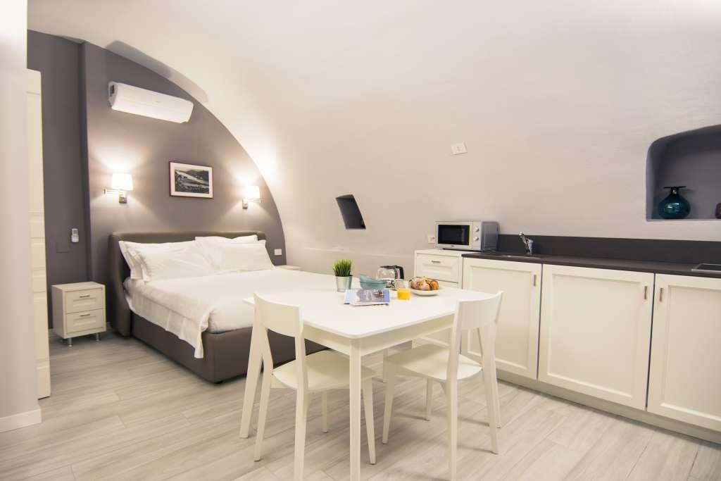 suggestivo miniappartamento ricavato in una ex cantina con soffitto a volta