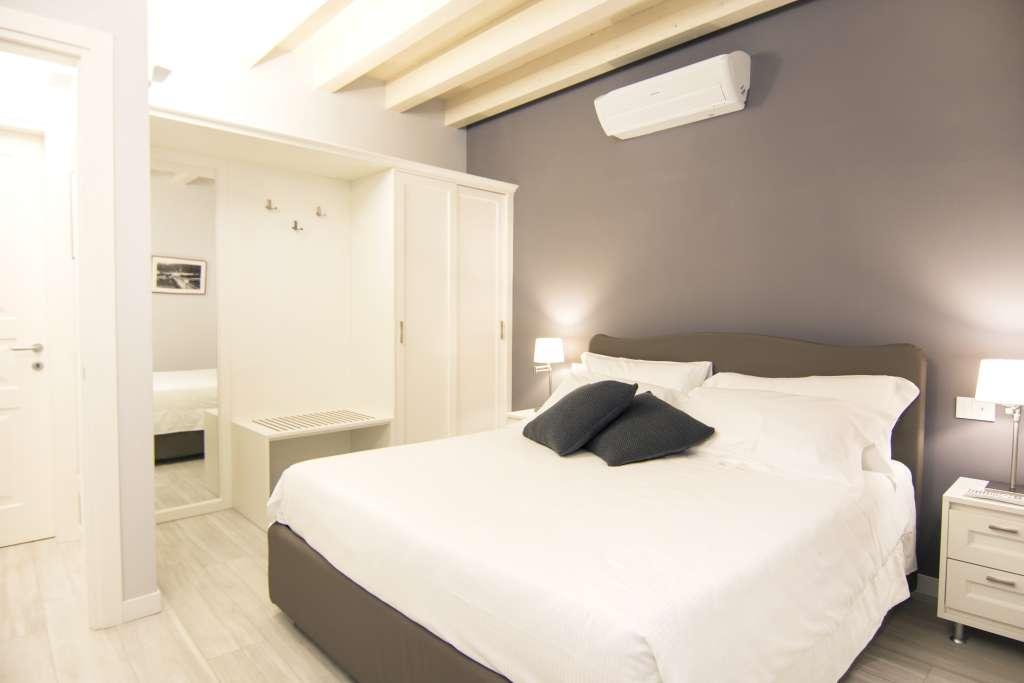 camera matrimoniale di una suite