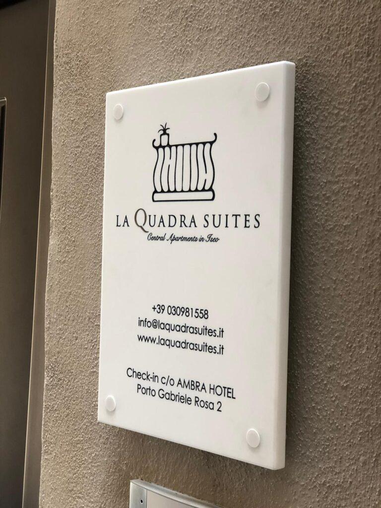 la targa all'ingresso della quadra suites