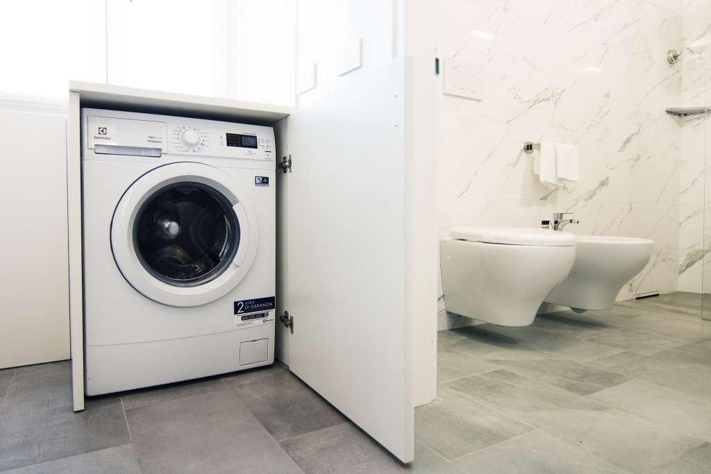lavatrice e bagno con sanitari sospesi