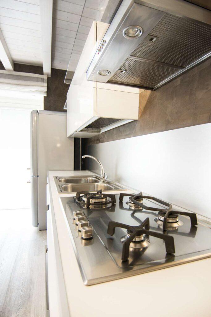Ampia cucina con frigorifero grande