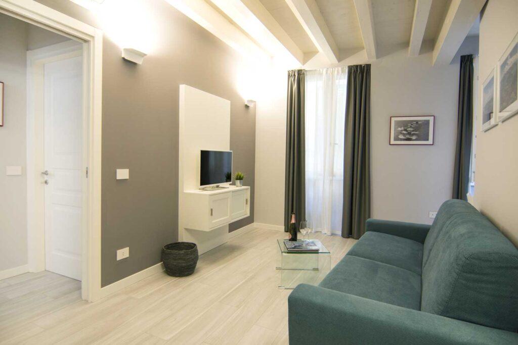 la suite 102 è un bilocale con salotto separato dotato di divano letto tv e aria condizionata