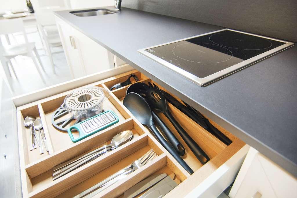 la cucina è attrezzata con tutto ciò che serve per cucinare e mangiare